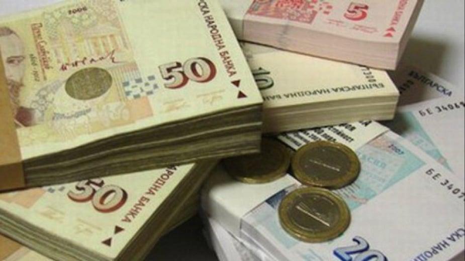 пачки банкноти от 50 и 20 лв.