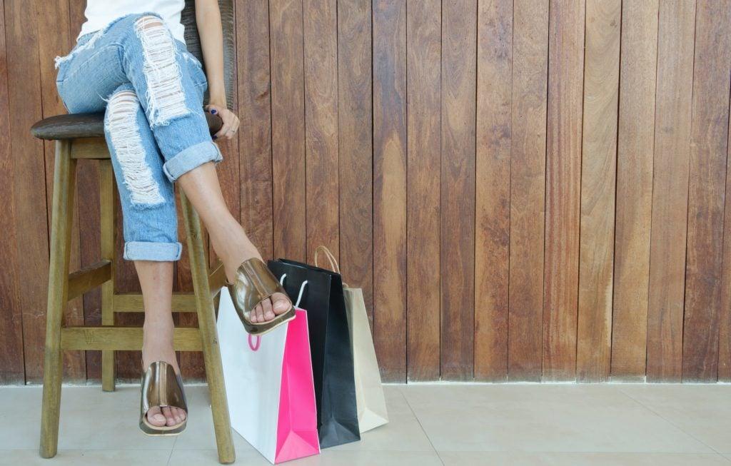 дама с чанти от пазаруване