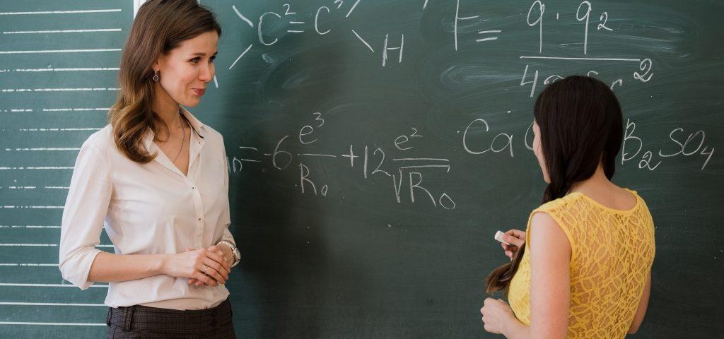 учителка и ученичка пред дъската образование