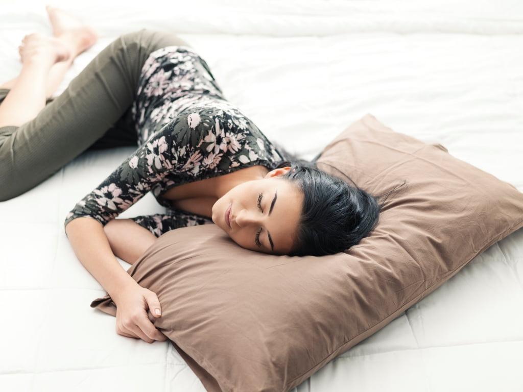 жена спи на удобен топ матрак