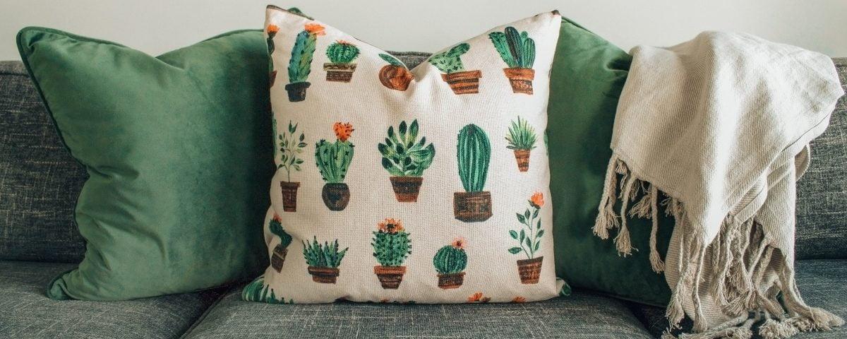 pillows sitting on a coach Възглавници,поставени върху дивана