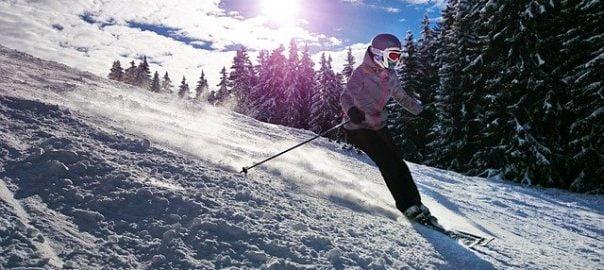 жена кара ски в заснежена планина
