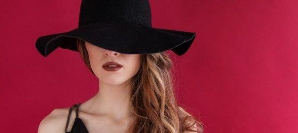 жена с шапка на главата