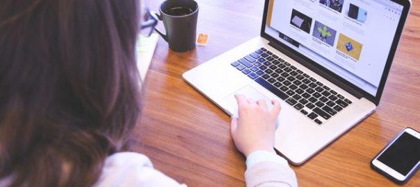 жена която разглежа нещо в интернет на лаптопа си