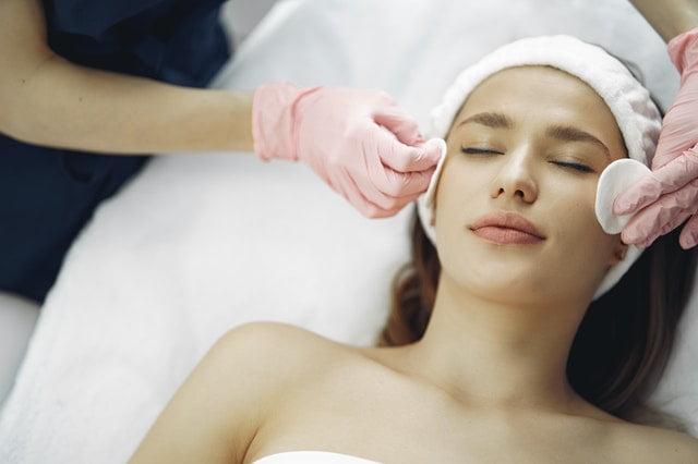 жена на разкрасителни процедури за лице