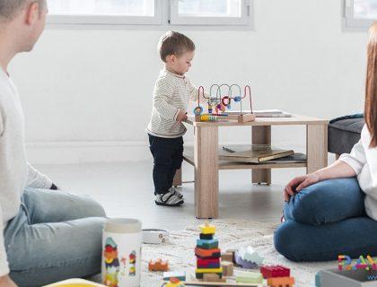 малко дете играе с дървени играчки