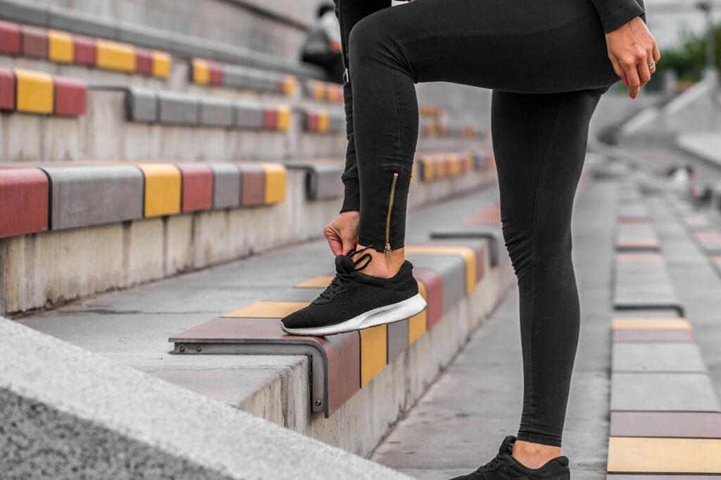 момиче си завързва новите спортни маратонки